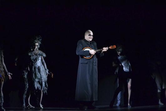 Мюзикл «Сімейка Аддамсів»: Кирило Басковський у ролі романтичного Дядька Гнія.